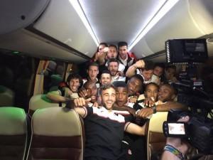 Jugadores del Granada CF celebran en el avión la victoria en Anoeta