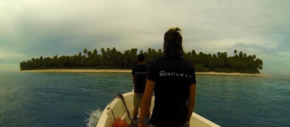 Empleados de Docastaway, frente a una de las islas de su catálogo. :: IDEAL