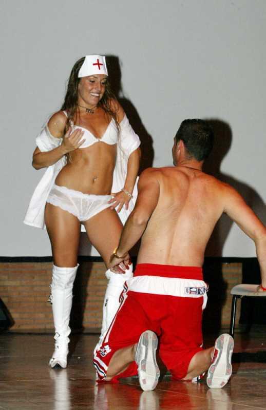 Enfermera se desnuda frente a un paciente, los mejores