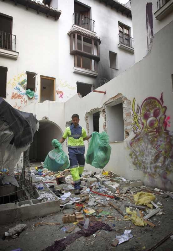 LIMPIEZA DE UNA URBANIZACION OCUPADA EN EL BAJO ALBAICIN FOTO: RAMON L. PEREZ