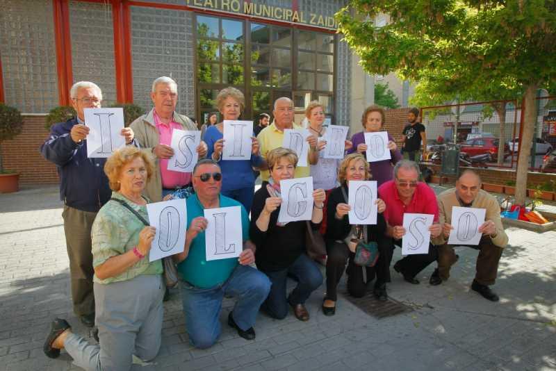 Asociación de vecinos del Zaidín piden que se ponga el nombre de Isidro Olgroso al teatro municipal.   Foto: Ramón L. Pérez