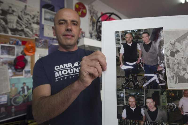 AMIGOS GRANADINOS DE CADEL EVANS, GANADOR DEL TOUR 2011. FOTO:ALFREDO AGUILAR