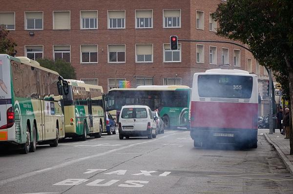Aglomeración de autobuses cerca del colegio Luis Rosales. Foto: Ramón L. Pérez