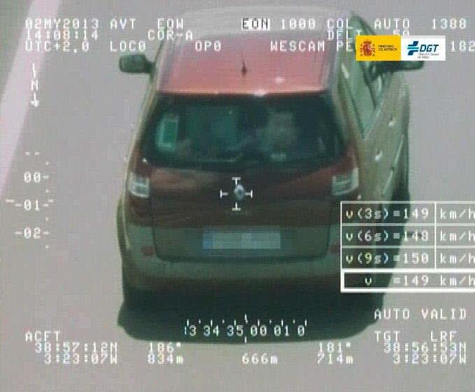 GRA139 MADRID, 30/05/2014.- Imagen facilitada por la Dirección General de Tráfico que ha puesto en servicio el tercer radar Pegasus, que a bordo de un helicóptero vigilará la carreteras secundarias de la zona noroeste de la Península, en concreto de las comunidades de Asturias, Cantabria, Castilla y León y Galicia, con base en A Coruña y Valladolid. EFE
