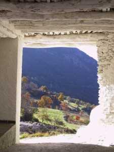 Paisaje enmarcado bajo un tinao en Capileira./ Javier Callejas (Archivo GR)