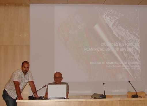 Nico Heinz (d) presentando a Pedro Salmerón (i) en el Colegio de Arquitectos de Granada el pasado jueves./ Archivo GR