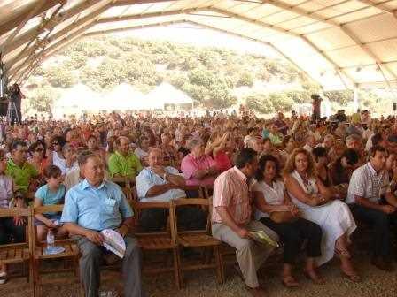 El público abarrotó la carpa habilitada para el evento./ A. T.