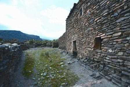 Una casa alpujarreña de lajas de piedra./ Javi Callejas (Archivo GR)