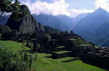 Ruinas de edificaciones de piedra.