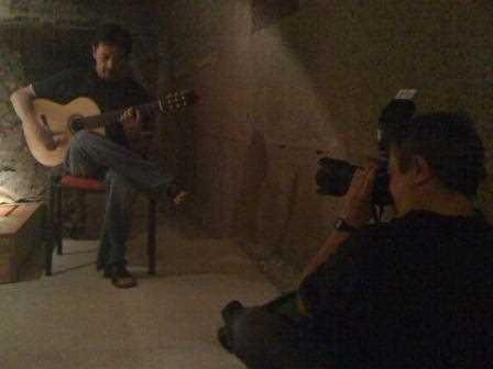 Torcuato Fandila en plena acción fotográfica en la Alcazaba de Ferreira.