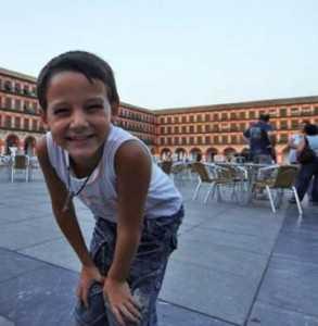 Niño en Plaza de las Tendillas en Córdoba./ La Ciudad Viva