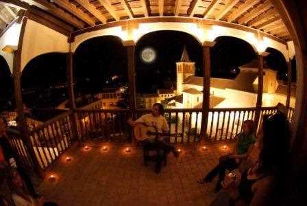 """Concierto nocturno de Juan Carlos Guadix """"El Pincho"""" en el balcón del Palacio de Penaflor en Guadix./ Torcuato Fandila"""