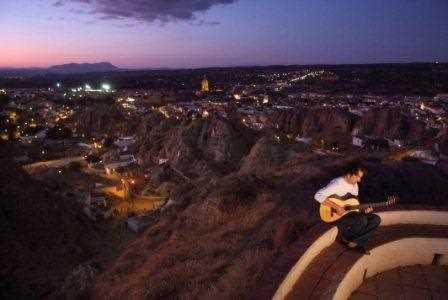 Guadix iluminado al caer la noche desde el Mirador del Cerro de la Bala./ Torcuato Fandila