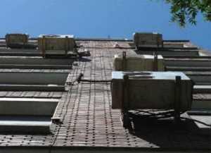 Aparatos de aire acondicionado colgados sin ningún orden en la fachada./ V. P.