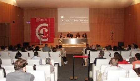Imagen del auditorio con la mesa de debate al fondo./ Angie