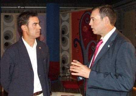 Juan Carlos Y José Antonio (Alcalde de Jun) hablando sobre las preguntas planteadas por los internautas a traves de la red.