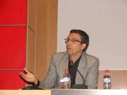 Paco Cuenca dirigiéndose a los asistentes./ Angie