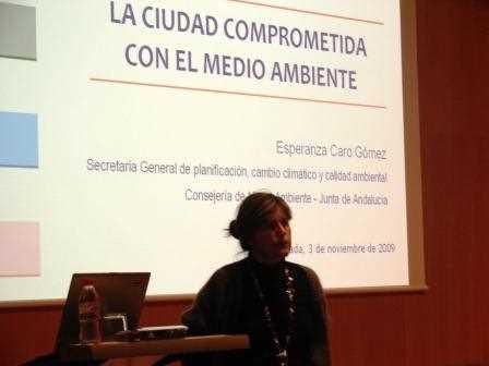En plena presentación de la ponencia./ Angie