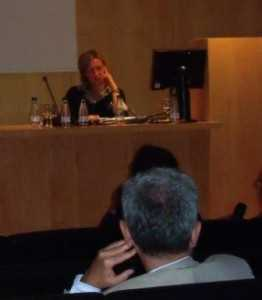 Rufina Fernández atenta a las pregutnas del público./ Angie