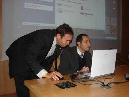 José Antonio junto a Santi solucionando unos problemas de sonido./ Angie
