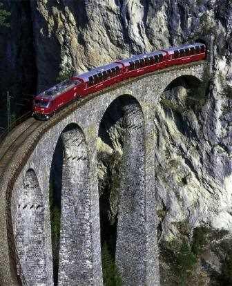 Saliendo de un túnel y atravesando un puente.