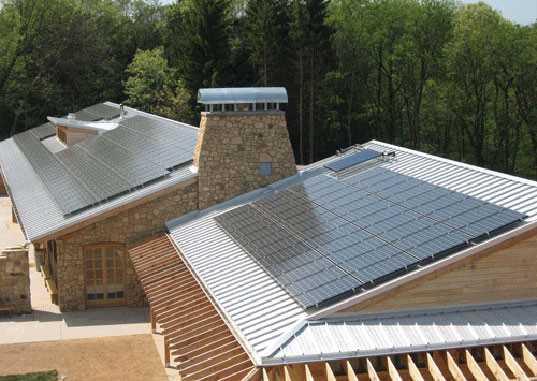 Casa con paneles fotovoltaicos.