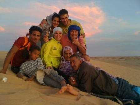 Juan Carlos, Elena y Rafa junto a saharauis en el desierto.