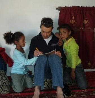 García de los Reyes jugando con niños saharauis.