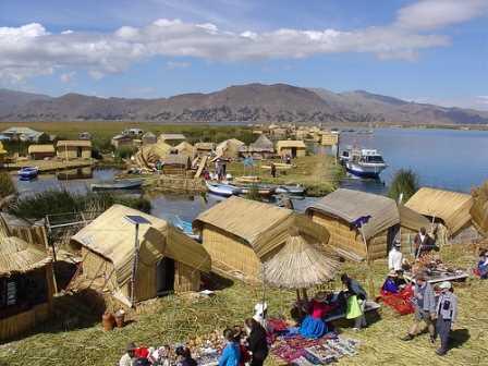 Turistas en uno de los poblados de las orillas del Lago.