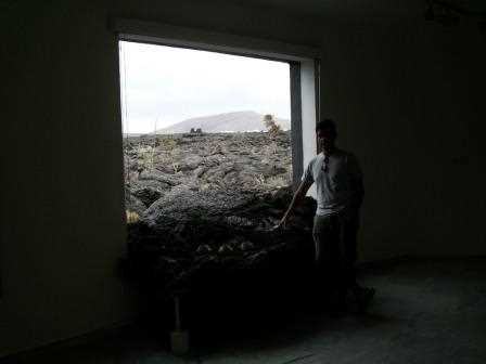 Un ventanal de la casa donde se divisa un precioso paisaje.