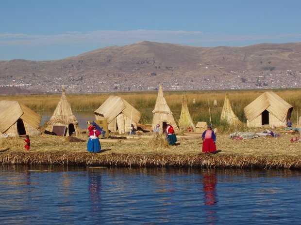 Población aymará en las orillas del lago.