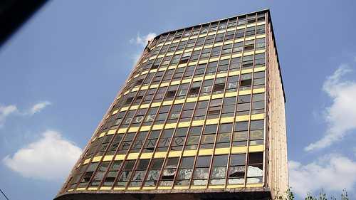 Edificio con las ventanas rotas.