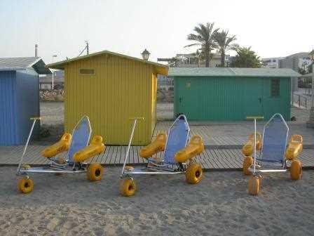 Sillas anfibias en la playa.