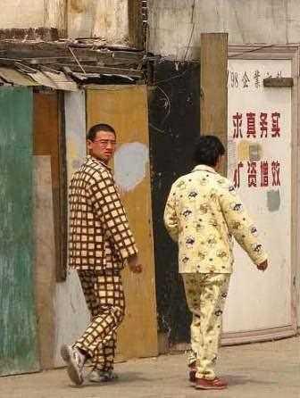 Chinos en la calle y en pijama.