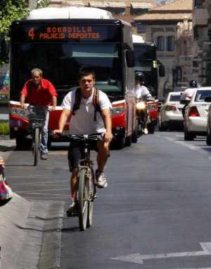 Un autobús circula detrás de dos ciclistas en la Gran Vía./ IDEAL - RAMÓN L. PÉREZ