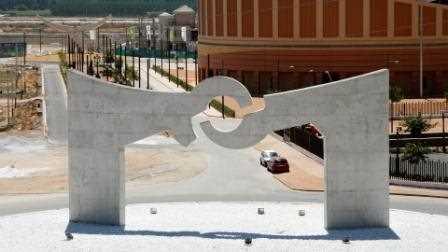 Una imagen de la escultura tomada desde la Autovía A-92.