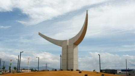 La escultura alzada en su enclave frente a la plaza de toros de Atarfe.