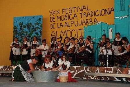 Una de las típicas actuaciones del festival en Almócita.