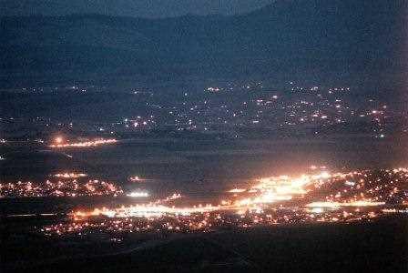 Luces de los coches brillando en la noche oscura de Nevada en Estados Unidos.
