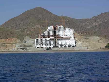 El hotel de la discordia en Algarrobico.
