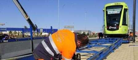 El tranvía que llegó a Murcia la semana pasada ya circula por la ciudad en fase de pruebas./ La Opinión de Murcia