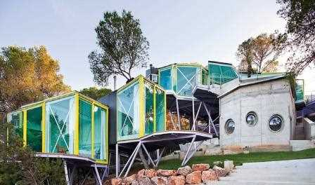 Arriba, la Never Land House, de Andrés Jaque, está ubicada en San José (Ibiza), ofrece espacios íntimos que parecen desconectados, pero unidos por áreas comunes./ Miguel Guzmán
