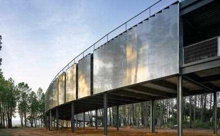 El Centro de Tecnificación Deportiva construido junto al embalse de Gabriel y Galán tiene estructura de anillo para integrarse dentro de un entorno de gran valor medioambiental./ Miguel Guzmán