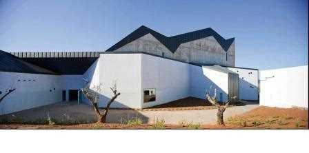 Arriba, una de las fachadas del teatro Municipal de Zafra, una idea para resolver, en un futuro próximo, la transición entre la ciudad monumental y una periferia en construcción./ Miguel de Guzmán
