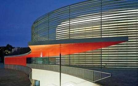 El Palacio de Congresos de Badajoz, obra de estos dos arquitectos madrileños, tiene una cubierta con un óculo central de cristal con un falso techo que matiza la luz./ Ronald Halve