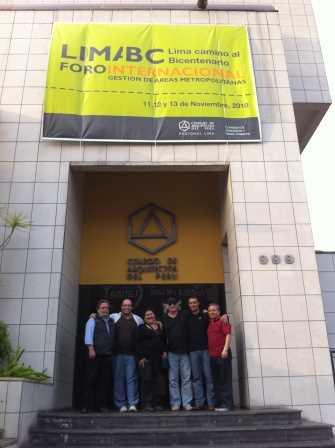 Foto de familia a la entrada del Foro Internacional.