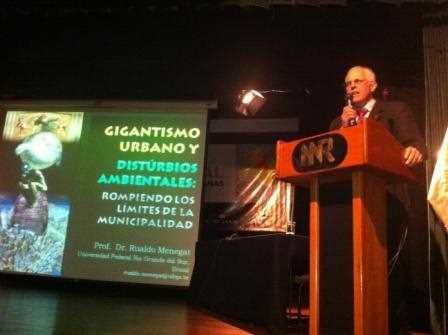 El Dr. Rualdo Menegat durante su intervención.