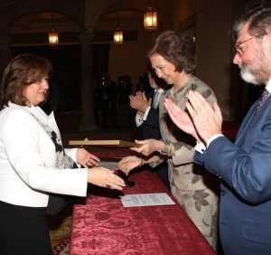 La Reina hace entrega del premio a María del Mar Villafranca./ IDEAL