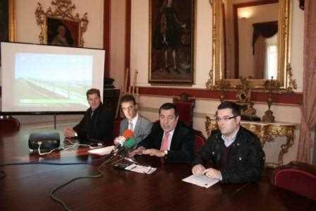 El alcalde de la ciudad, Ricardo Millán, el concejal de Deportes, Manuel Chicón, y el responsable de GRarquitectos, Juan Carlos García.