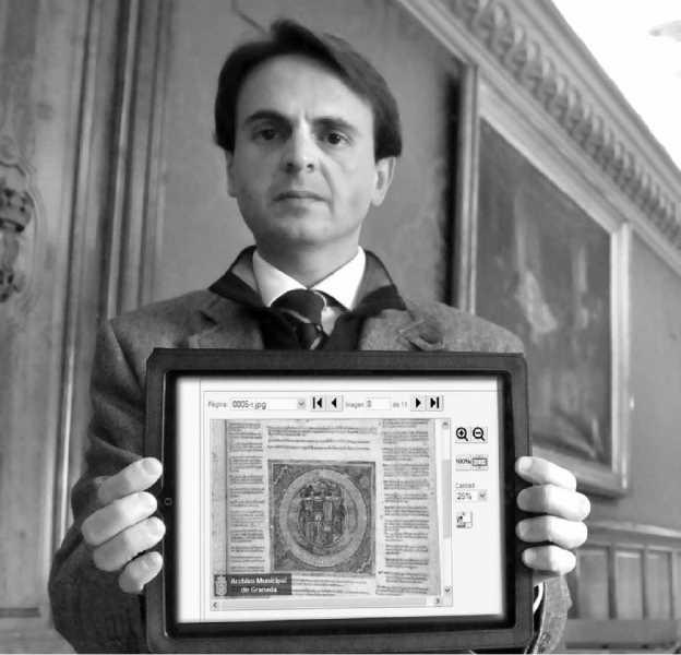 El concejal Juan A. Fuentes muestra el pergamino de las Capitulaciones en su iPad